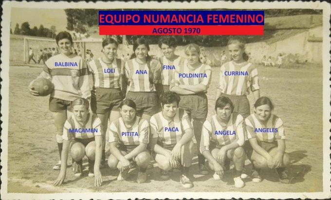 Homenaxe ás mulleres do equipo feminino de 1970. ADR Numancia de Ares