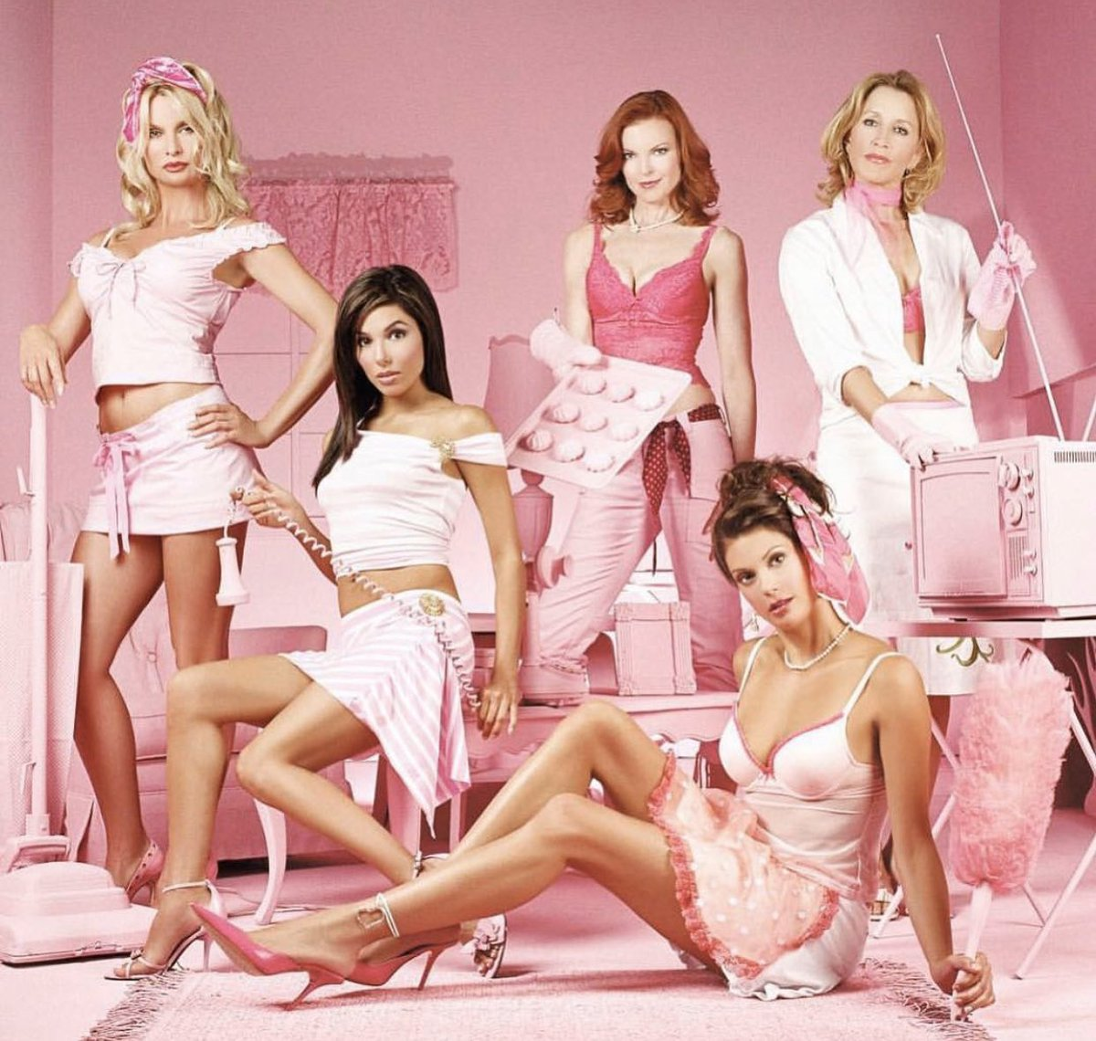The girls in pink #desperatehousewives #nicollettesheridan #wisterialane #fairview #ediebritt #marciacross #breevandekamp #evalongoria #gabriellesolis #terihatcher #susanmayer #felicityhuffman #lynettescavopic.twitter.com/fkxpcgvSgW