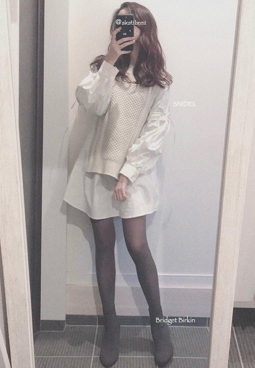 SNIDELのニットベストドッキングワンピース。袖と背中をきゅっと結べます。こういう華奢なりぼん可愛くて好き。ブーツがグレーなのでタイツも色を合わせてチャコールグレーにして統一感を。30デニール🐘タイツと靴の色を合わせると脚綺麗に見えるらしい。コートは白にした🐑
