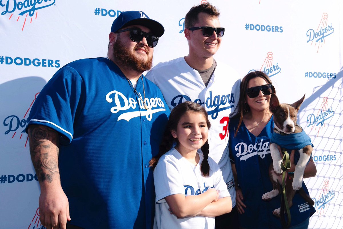 Coming to Pet Family Photo Day tomorrow? Be sure to bring canned dog/cat food to be donated to @PAWSLA! #DodgersLoveLA