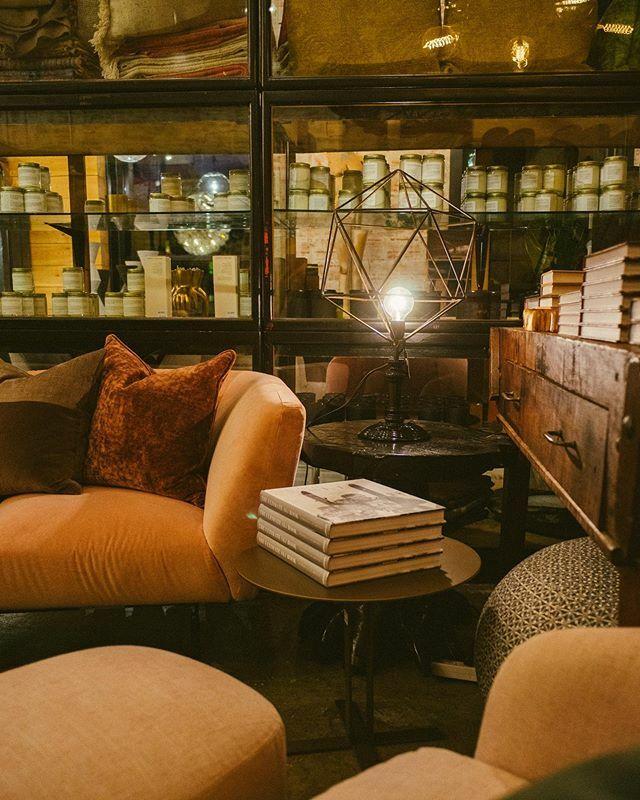 Surrounded by candles and books on a velvet @sabaitalia sofa in Bozeman, Montana? Heaven on earth. . .. ... .... #interiordesign #interiordecor #architectswife #bozeman #bigsky #montana #shoplocal #homedecor #interiorinspiration #luxuryhomefurnishings #d… https://ift.tt/38EArwnpic.twitter.com/Che60Z5xoj