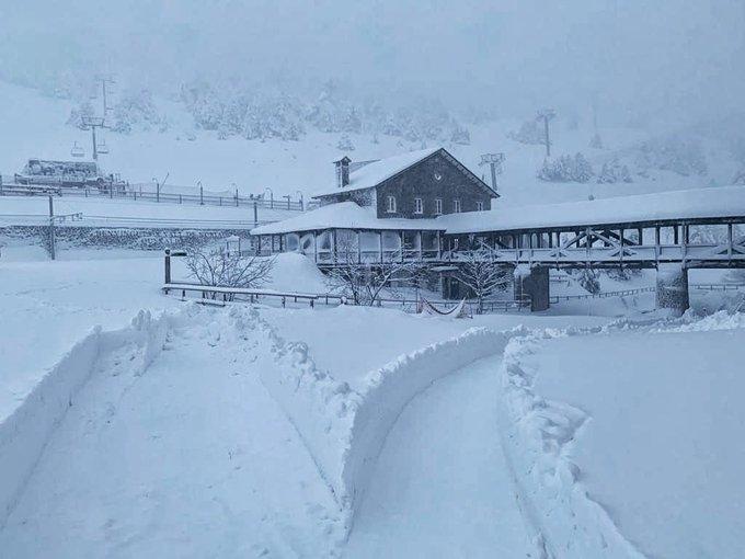 El resultado de la llevantada #Gloria en imágenes! ❄️ El equipo de #ValldeNúria se enfrenta a 70 cm de nieve acumulada, y continúa nevando!