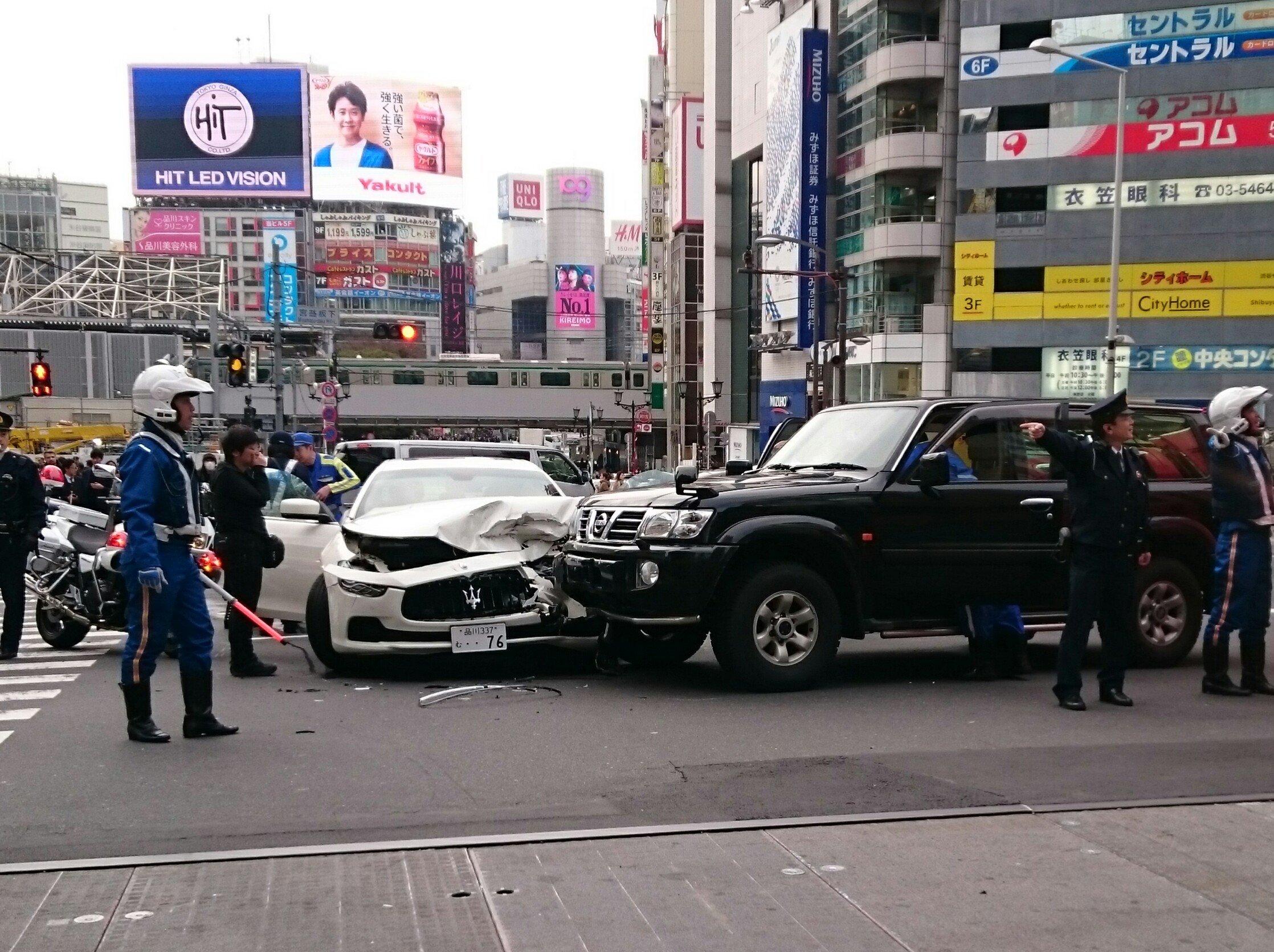 渋谷の宮益坂交差点のベンツの交通事故現場の画像