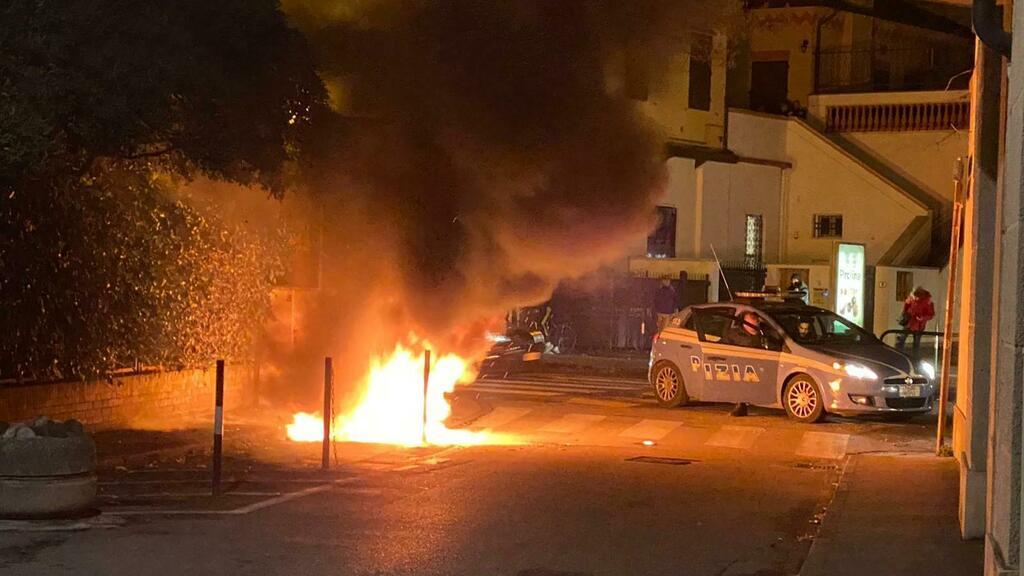 Padova, notte di roghi in centro. Arrestato sospet...
