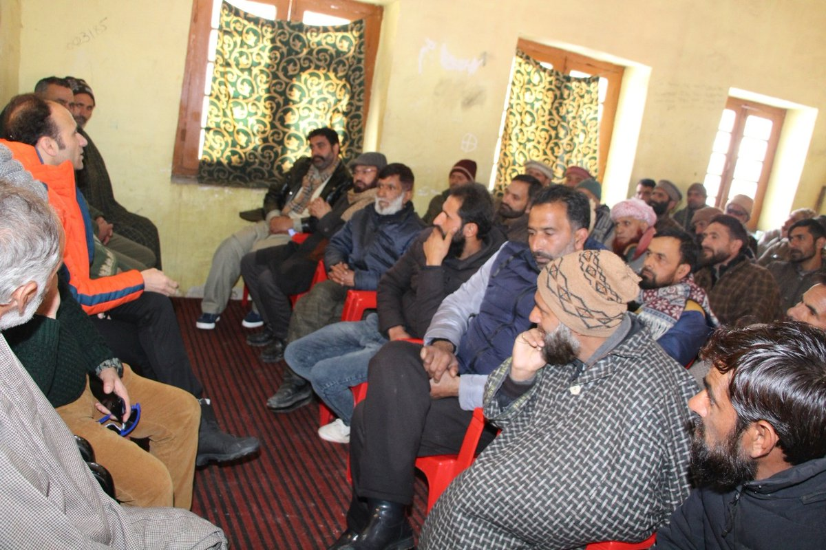 #Police #community meeting was facilitated by PS #Bandipora. Community members from the local areas #interacted with the officers. During the meeting various local issues were discussed. Community members have thanked Bandipora police. @JmuKmrPolice