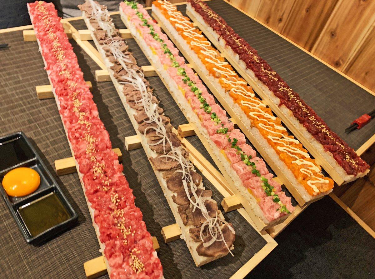 【燻製のおはなし2nd】@東京:吉祥寺駅から徒歩4分全長60cmのロングユッケ寿司を食べられるお店。ユッケ寿司は5種類で、バーナーでじっくり炙った北海道とかち和牛ユッケや炙りサーモン、馬肉、牛タン、鮪トロタクのユッケ等を堪能できます!甘口醤油や卵黄ダレで味の変化も楽しめます✨#PR