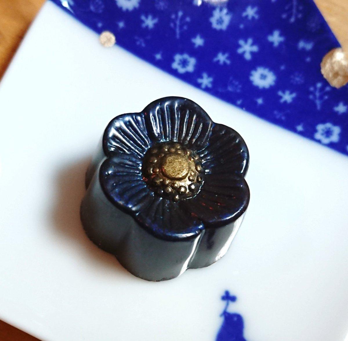 Nakamura Chocolateめっちゃ美しくて…特に並んでるのの右3つに「ひえー…」となってウッドベリーズ買ってしまった…。上手く撮れないんだけど深い青と金色、つやつやで陶器みたい。