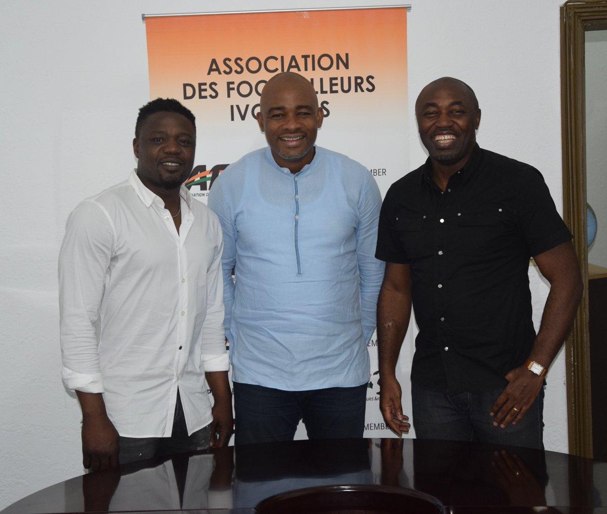 Visite de courtoisie de Monsieur le Maire Bonaventure Kalou à l@AFI_FIFPro ce mercredi. Très gratifiant pour lAssociation de bénéficier du soutien des gloires du football ivoirien @Domoraud_17 @didierdrogba @arudin26 @KoloToure28😆👏⚽️ #Ensembleonestplusfort