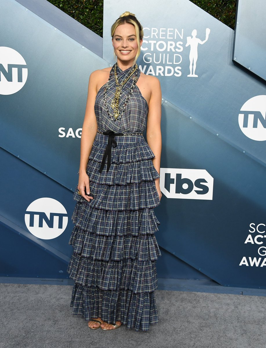 House ambassador Margot Robbie attended the 26th SAG Awards in a silk checked look from the Cruise 2019/20 collection with CHANEL accessories and CHANEL make-up. #CHANEL #CHANELinCinema #CHANELCruise #CHANELMakeup #CHANELFineJewelry #SAGAwards https://t.co/B4sCCIbm55