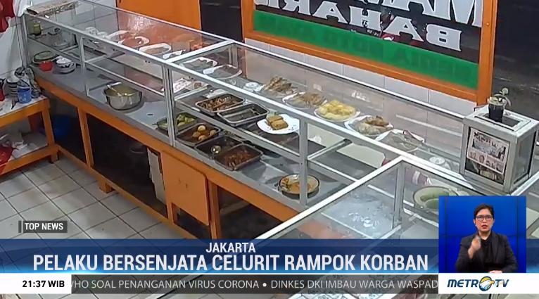 #TopNewsMetroTV Polisi buru komplotan begal yang terjadi di sebuah warung makan yang terjadi di Pesanggrahan, Jakarta Selatan. Pada rekaman CCTV, tampak pelaku bersenjata celurit mengancam korban dan merampas ponsel serta sejumlah uang.@Metro_TV http://metrotvnews.com/live