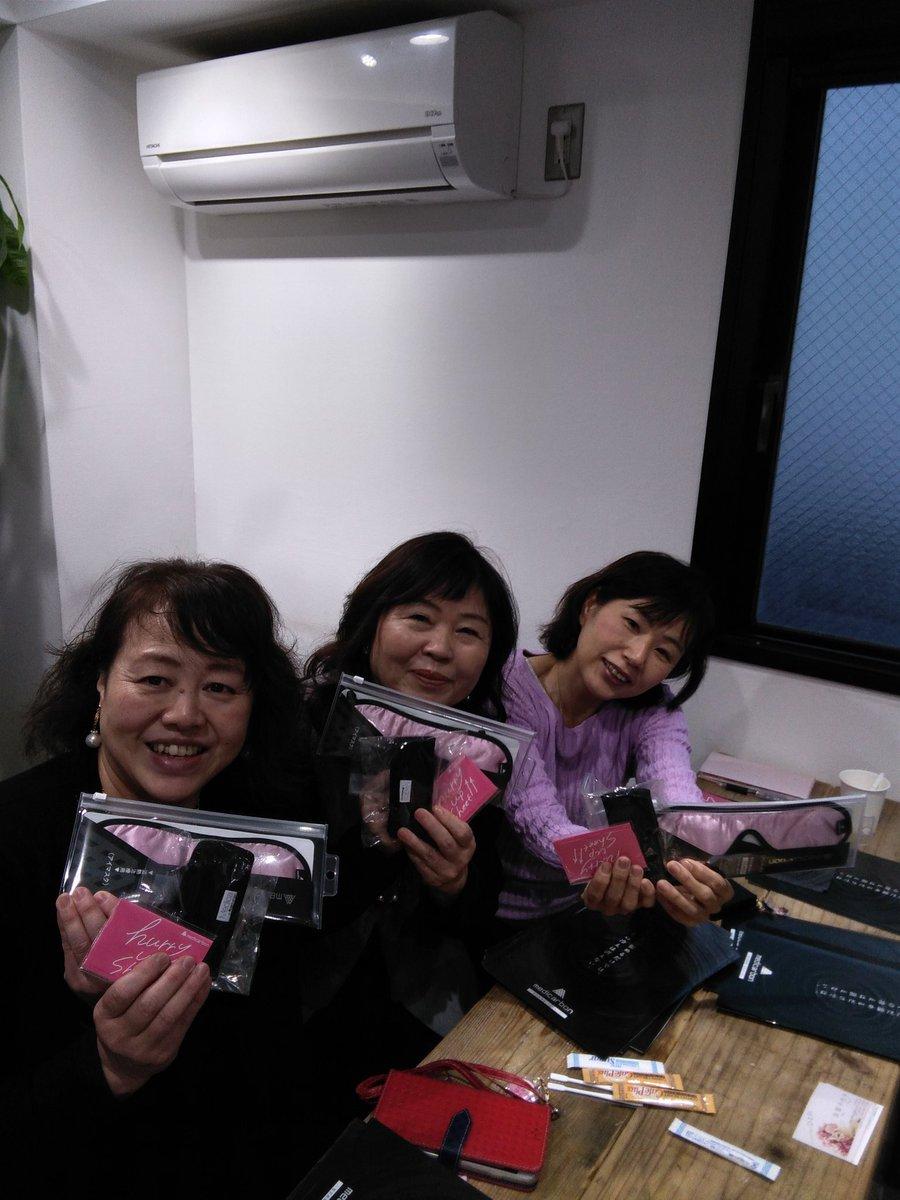 東京勉強2日目は、、前から気になっていた、#メディーカーボンさんへ。炭100%繊維の温熱治療。体かじんわり温まる(。•̀ᴗ-)✧ メディーカーボンの緑川さんと記念撮影 #メディーカーボン#首#アイマスク#ハリーアップシートpic.twitter.com/0IMlUEbfOs