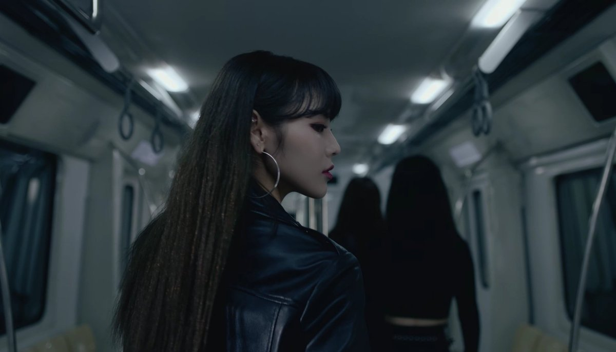 Whoever had the idea of Jinsoul x Leather jacket...  BLESS YOUR MIND! <br>http://pic.twitter.com/YwV9JiBwIW
