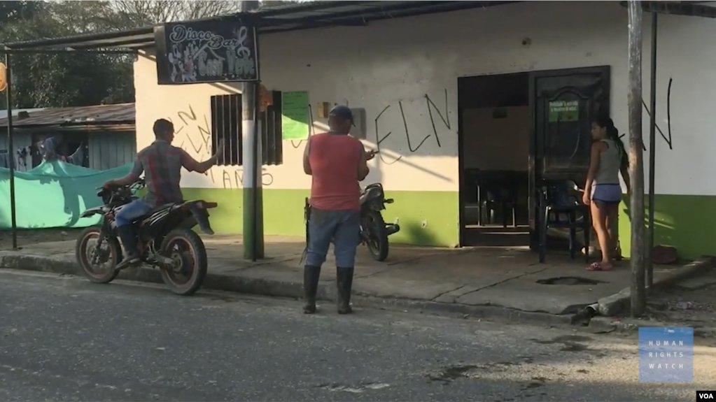 """HRW: """"Los residentes de Arauca (Colombia) y Apure (#Venezuela) viven aterrorizados, mientras los grupos armados imponen sus propias reglas"""". http://bit.ly/2GeT7GBpic.twitter.com/KeC5m3dhpB"""