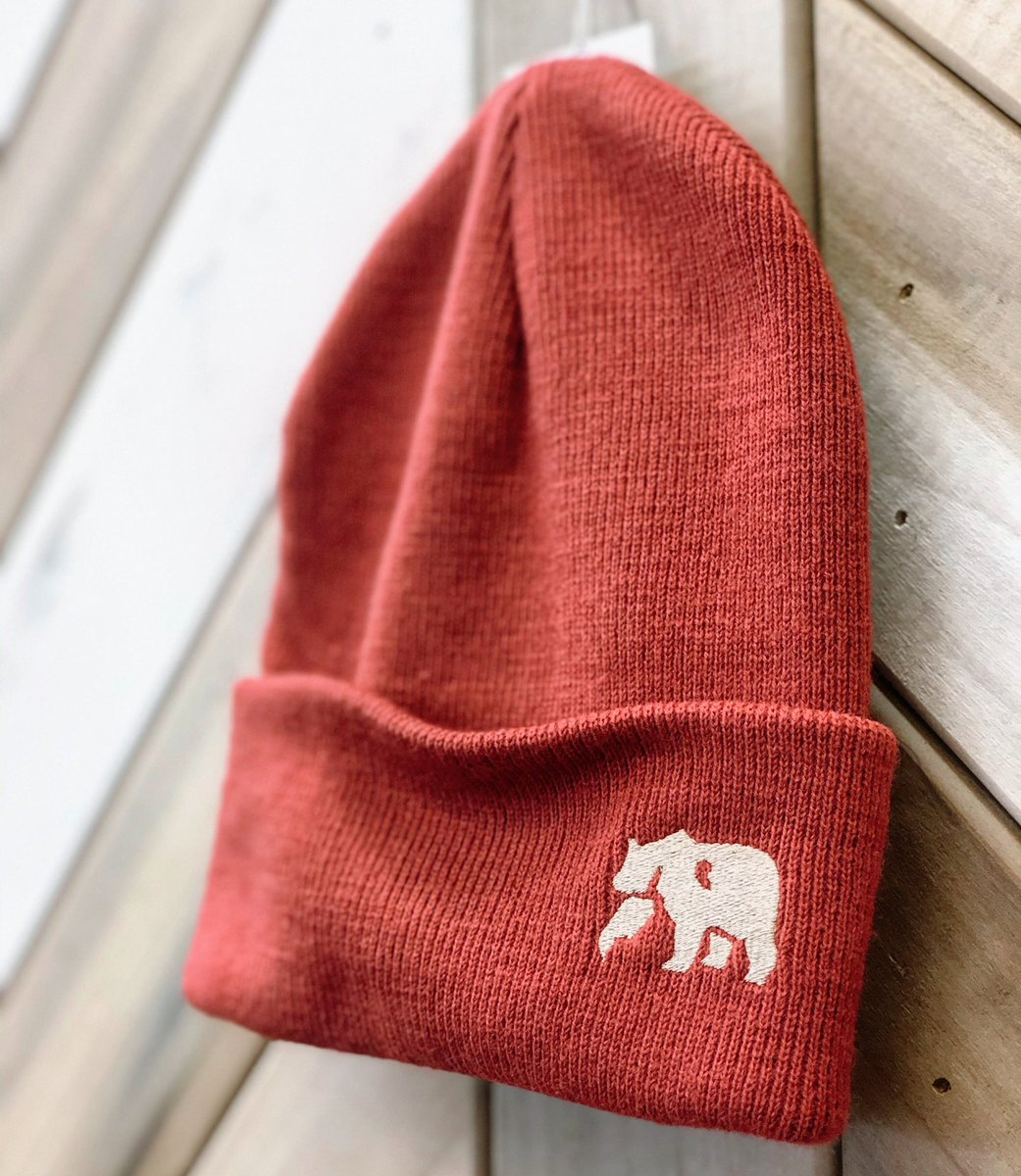 Tired of your ears getting cold while walking to class? This @thenormalbrand knit beanie is here for you. ❄️