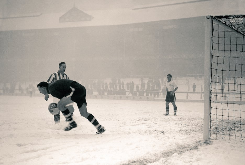 Goodison Park covered in snow in 1955-Match between Bury v Stoke City (FA Cup, 4th replay) <br>http://pic.twitter.com/8D4LXEURFA