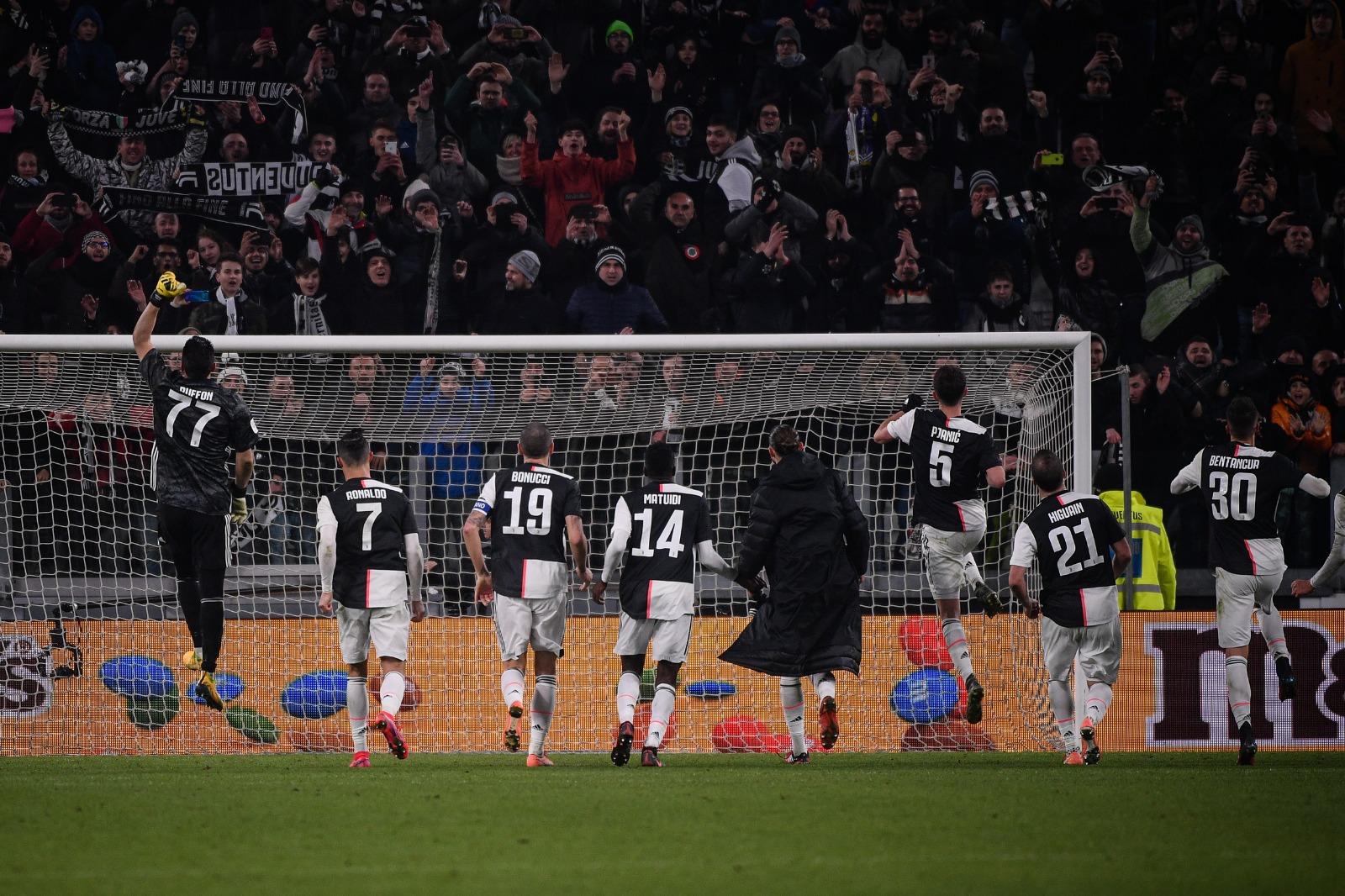 Skuat Juventus merayakan kemenangan ke arah fan usai pertandingan. (Twitter/@juventusfc)