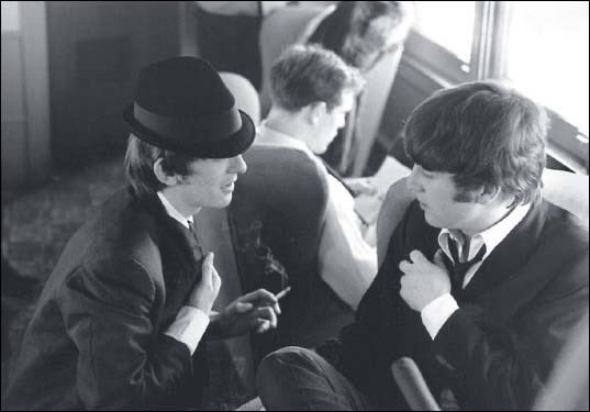 #GeorgeHarrison #JohnLennon #TheBeatles #Beatles #vintage #photography Love the hat ... George looking fab #style https://t.co/ssB8pvFfze