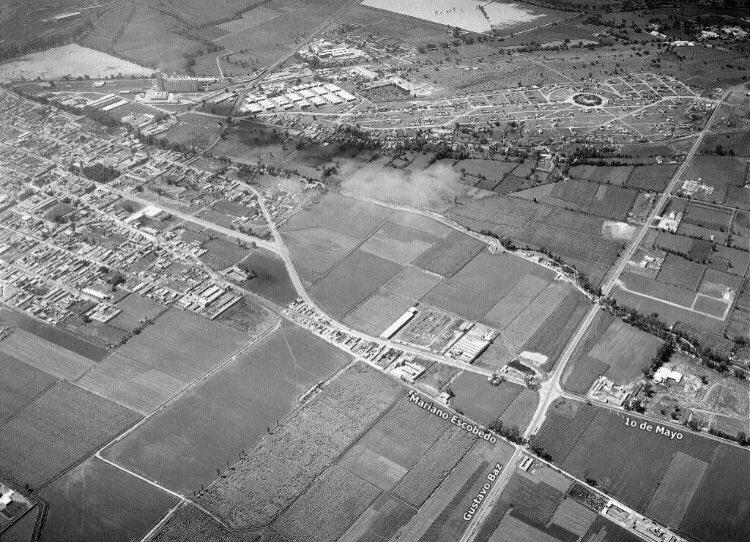 """Centro de Tlalnepantla de Baz en 1958. Tlalnepantla proviene del náhuatl """"tlalli"""", tierra, y """"nepantla"""", en medio de; y significa: """"En medio de la tierra"""". Uno de los 125 municipios del Estado de México. Se ubica al norte de la Ciudad de México. @webcamsdemexico"""