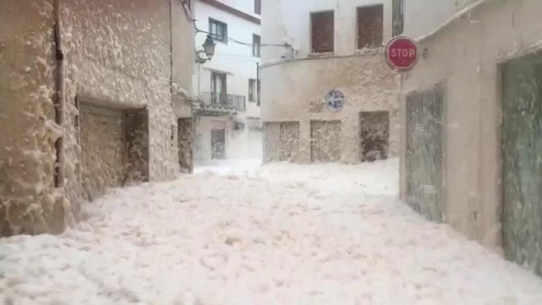 Espuma de mar cubrió un pueblo en España tras la mortal tormenta Gloria https://cnn.it/3auQTAZ