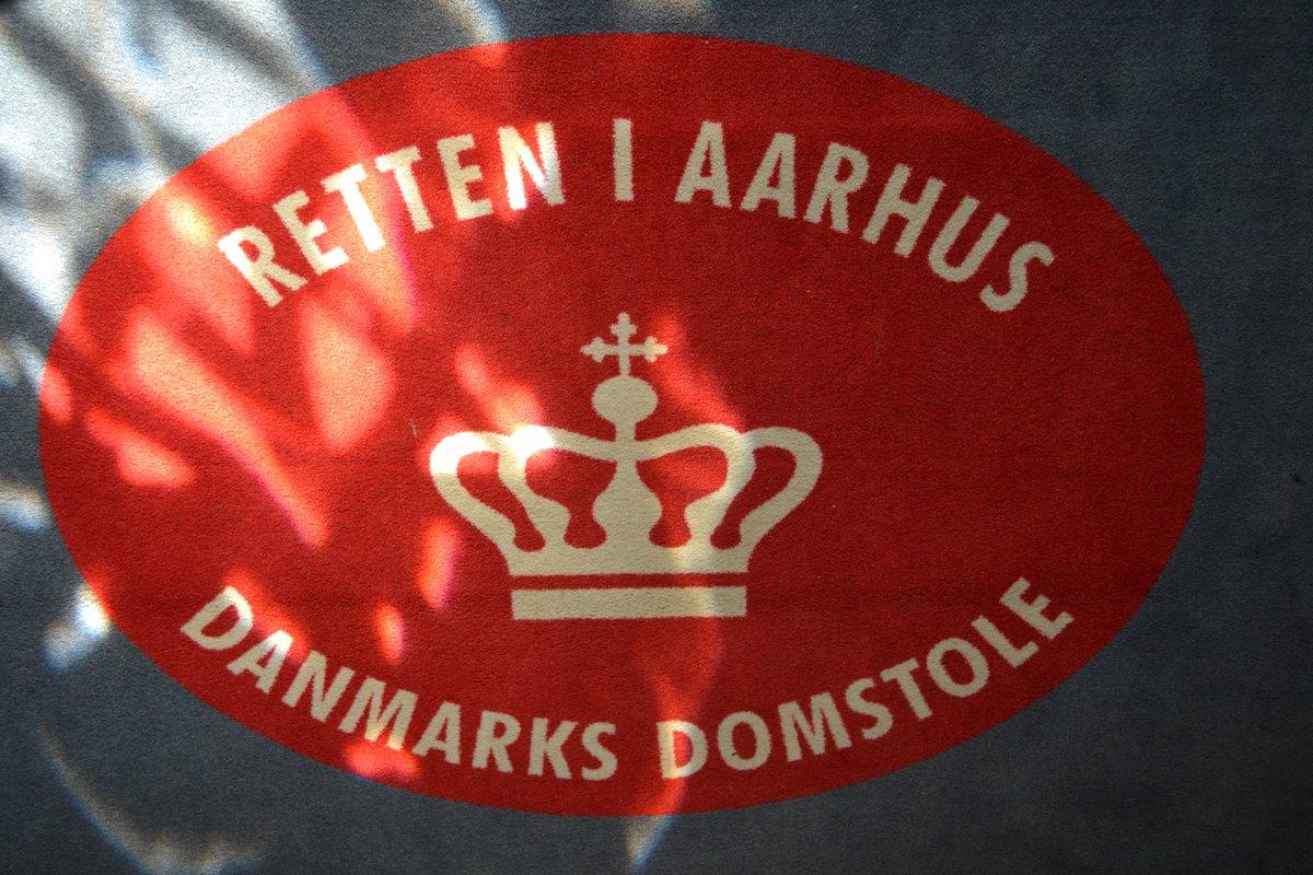 Grundlovsforhør i Retten i Aarhus kl. 9.30, hvor vi fremstiller en 17-årig dreng fra det sydlige Aarhus. Den 17-årige sigtes for røveri, afpresning og trusler. #anklager vil anmode om dørlukning. #politidk https://t.co/F89CxKrdXA
