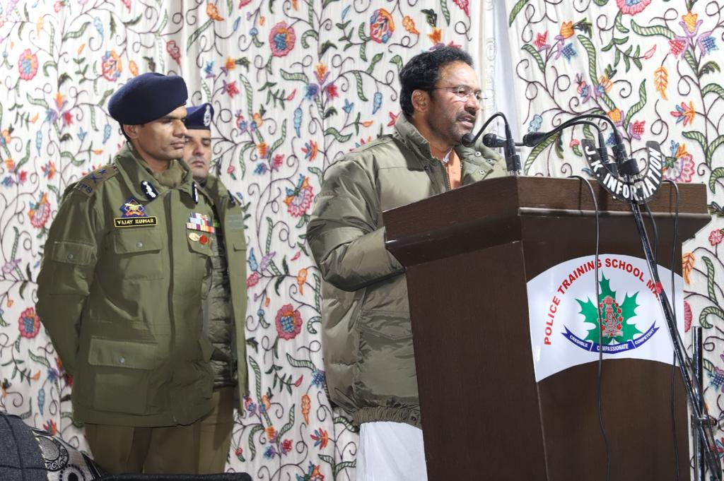 Union Minister of State for Home Sh G.Kishan Reddy interacts with Police officers & Personnel at Police Training School #Manigam.Lauds J&K #Police role in maintaining law,order & against terrorism.Pays tributes along with officers to Martyr Rifleman Rahul & Martyr #SPO Shahbaz.