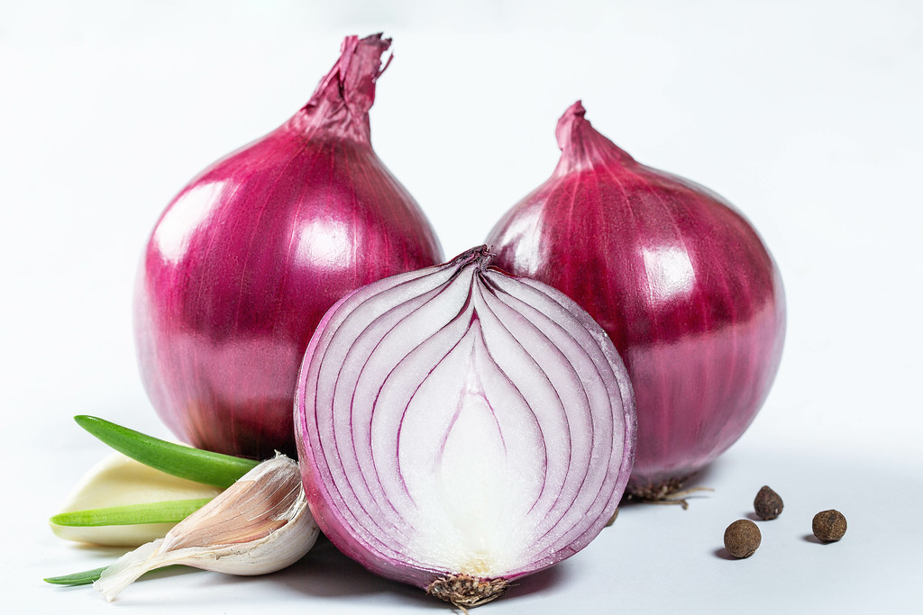 Onions are little powerhouses. The purple color pigment-containing flavonoids are taken up by the skin and heals our blood vessels thus lowering blood pressure. #Health #ThursdayThoughts #ThursdayMotivation #bloodpressurebreak <br>http://pic.twitter.com/xNDwtU8rz2