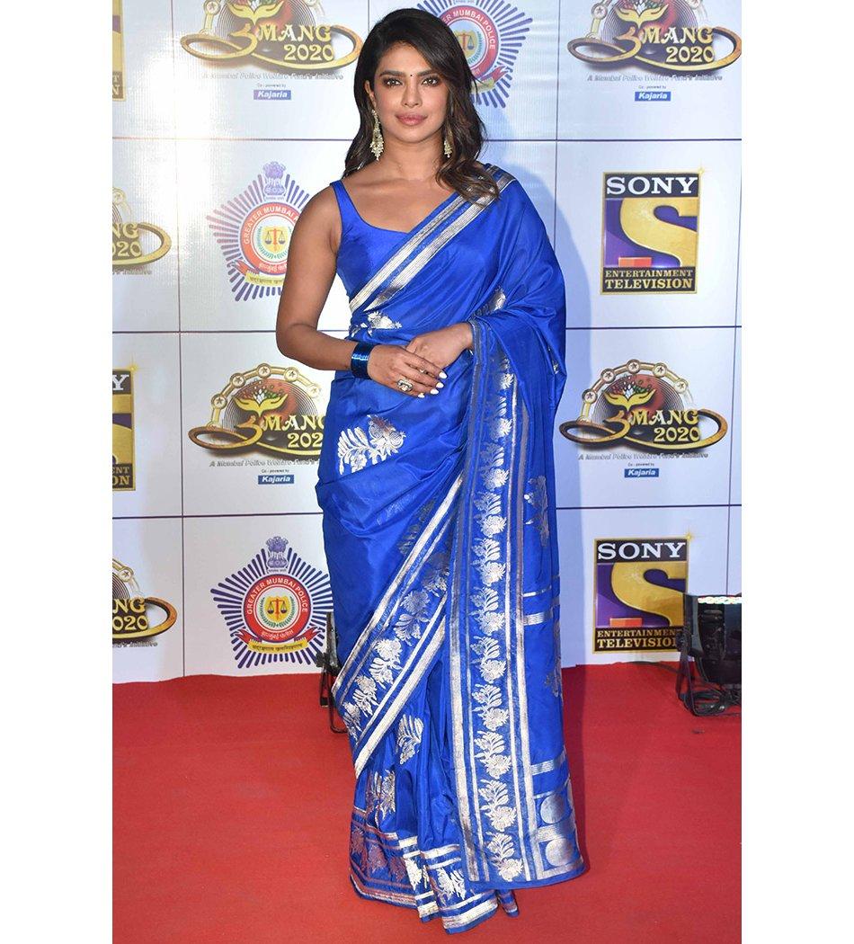 For her appearance at the Umang Mumbai Police Show, Priyanka Chopra picked a vibrant Benarasi sari with a simple blouse. (Image Source: http://Vogue.in)  #priyankachopra #sari #saree #benarasisari #benarasisaree #designersaree #ethnicwear #ethnicclothing #indiansareepic.twitter.com/Uu6ddbyrmv