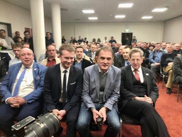 Gestern Abend mit MdB Bernstiel, Minister Tullner und 200 Bürgern in Halle. Nach meinem Vortrag eine lange Diskussion mit den Bürgern über Migration, Stabilität der Demokratie und Meinungsfreiheit. Ein schöner Abend! Danke für die Einladung, lieber Christoph Bernstiel!