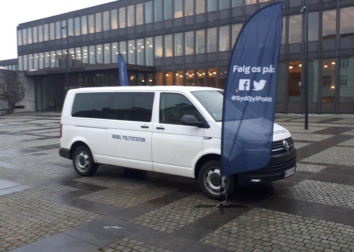 I dag torsdag den 23. januar kan du 'besøge' os ved den mobile politistation foran 'Min Købmand' i Daugård. Vi er der mellem kl. 15.00-17.00. Vi parkerer også ved Rådhuset i Fredericia fra kl. 10.00-12.00. Har du politispørgsmål til os, så kom endelig forbi #politidk https://t.co/N5PDRKup6N