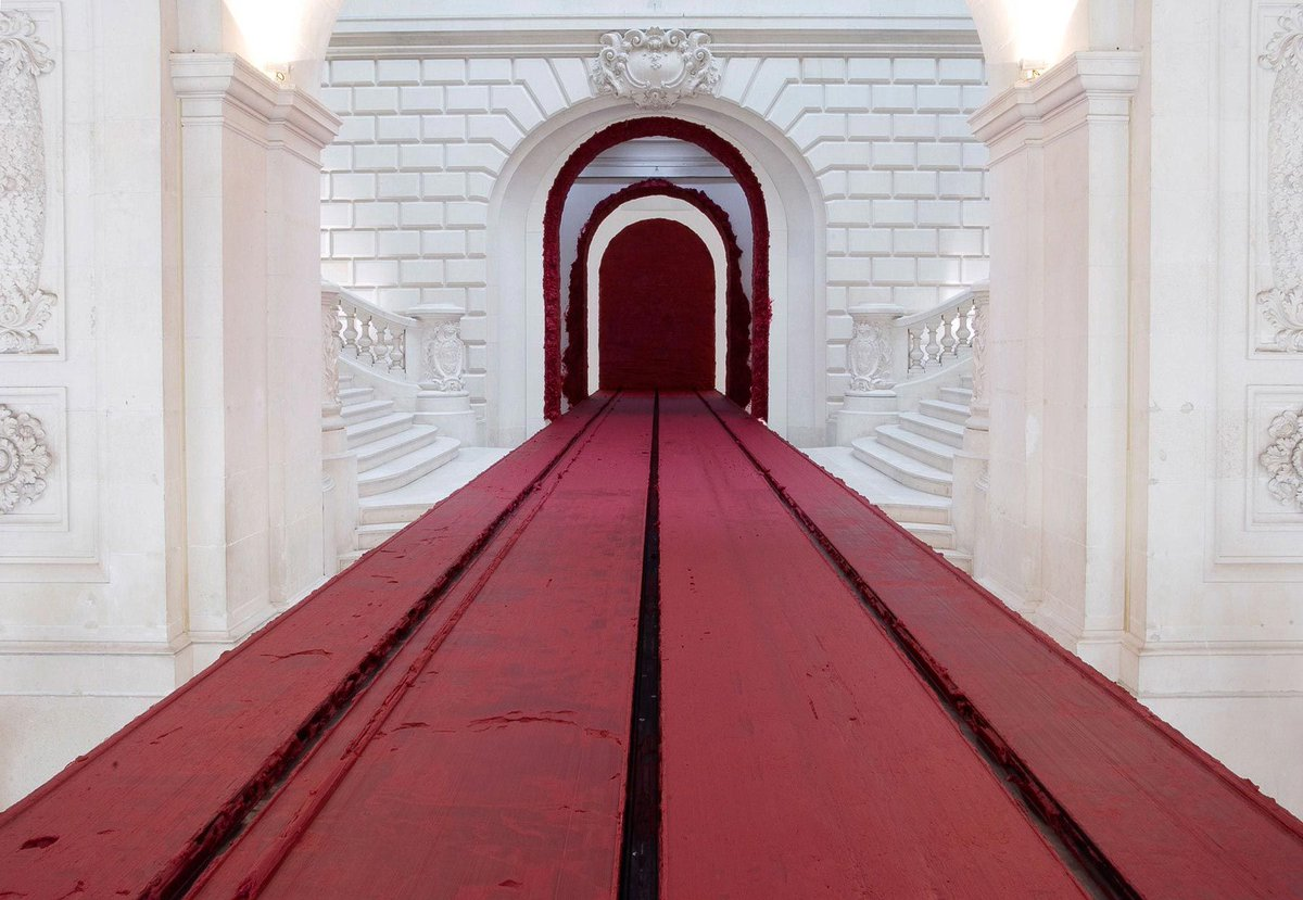 #artworkoftheday Anish Kapoor's 'Svayambhu', 2007, features a slowly moving wax block which fills the space with a trail of bright red paint. http://aestheti.cc/9x2uipic.twitter.com/i2ioD3i89I