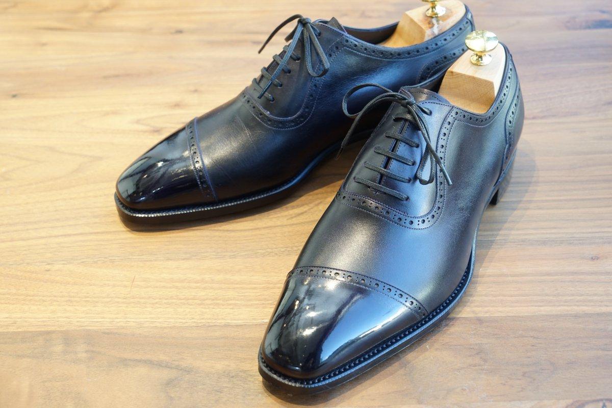 自分のオーダーシューズが仕上がりました\(^^)/ 綺麗なディープパープル。 トゥは黒ワックスで鏡面に。  #テーラー #オーダーシューズ #革靴 #足元倶楽部 #革靴好き #靴磨き  表参道店ブログ https://tagaruomotesando.blog.fc2.com/blog-entry-33.html…pic.twitter.com/HHUlAWjEP3