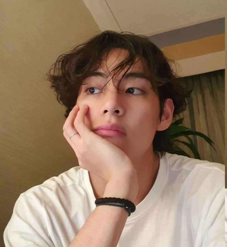 Taehyung confirming he's wearing a hair tie on his wrist because his hair is getting longer???? what do we do with this information??????? he is our vsco boyfriend????????? <br>http://pic.twitter.com/gUt1Fjxg2B