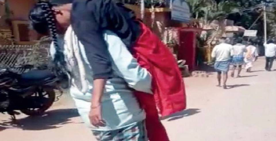 #VIDEO : Worried Father Carries Unconscious Daughter To ICU, After Being Denied Wheelchairhttps://www.behindwoods.com/news-shots/india-news/father-carries-daughter-on-shoulder-after-being-denied-wheelchair.html …#ICU #hospital