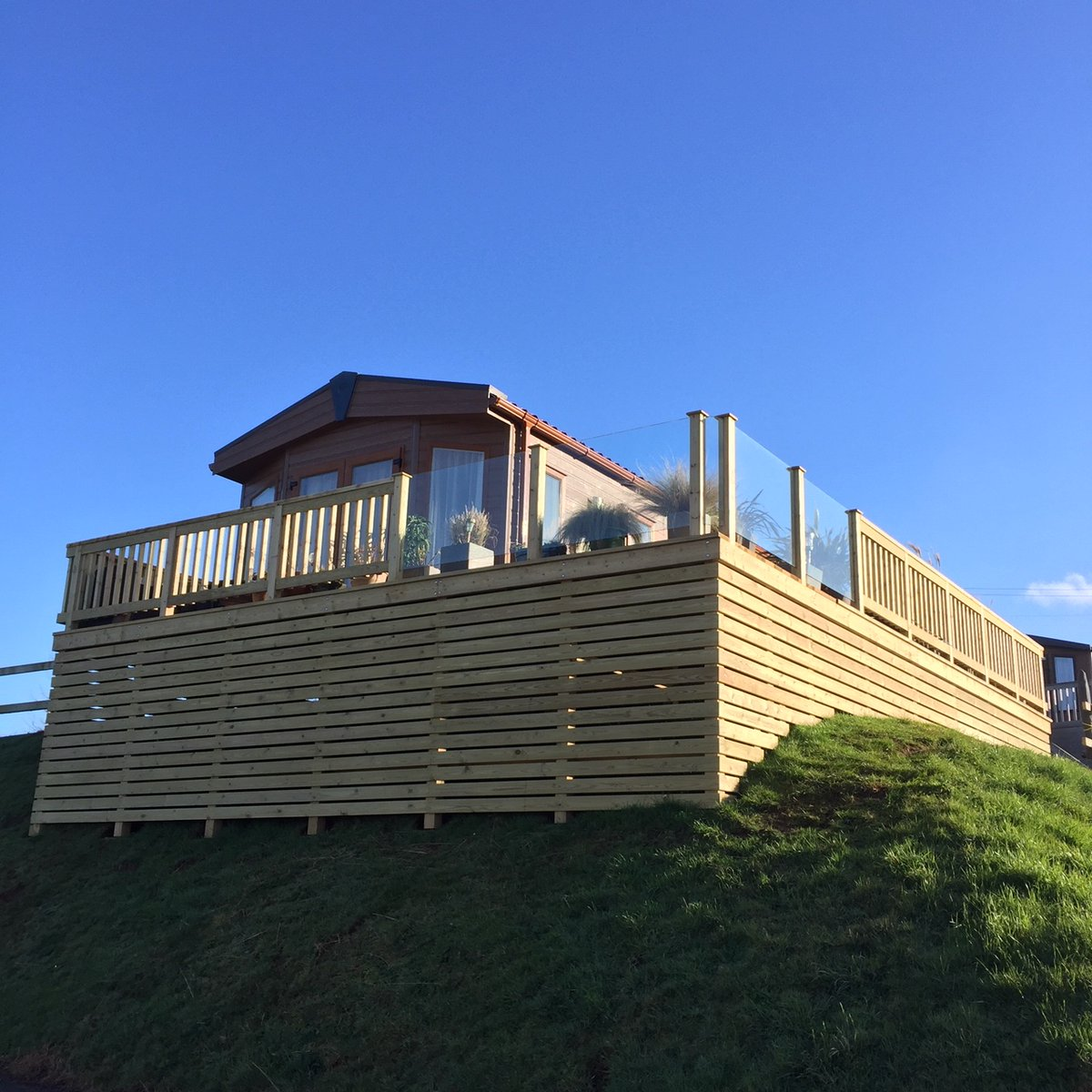 We love this new decking on the @pembertonlh up on Exmoor View, that the @StAudriesBay on-site carpenter has just completed. http://ow.ly/H7dv30qbGjY #pemberton #lodge #holidaypark #decking #inthesun #amazingviews #views #carpenter #chillout #roomwithaviewpic.twitter.com/35ge8goe6x