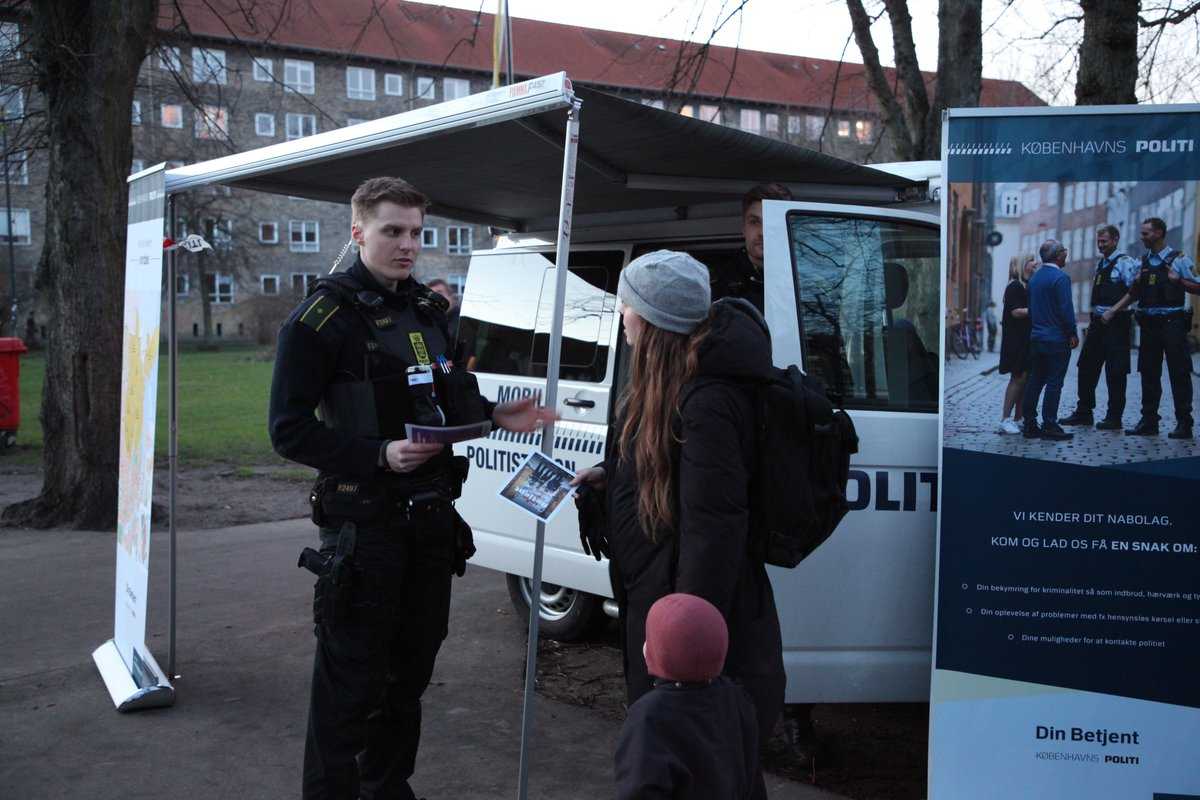 I eftermiddag tager vi den mobile politistation med til Anker Jørgensens Plads i Sydhavnen. Her kan du mellem kl. 13-15 komme forbi og få en snak med betjentene om, hvad der fylder i dit nabolag #politidk https://t.co/C8nzSNhfrI