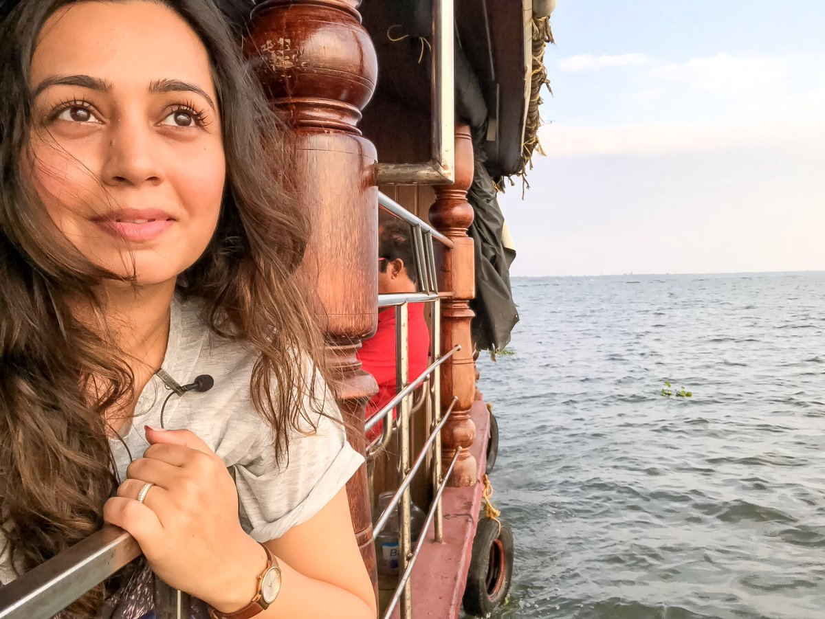 ✨The kind of golden hour one always remembers✨ ----------------------------------------------- This is from my time on a #Sunset #cruise in #Kumarakom. Stunning views😍 Watch it in my newest YouTube video. Watch  . #kerala #goldenhour #selfie #iphonex