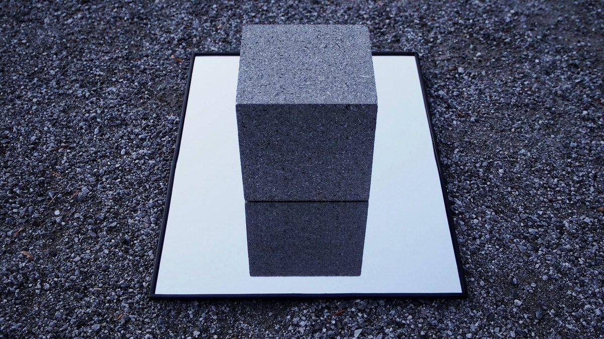 100均の鏡と立方体だけで現代アートっぽくならないか試したときの写真です