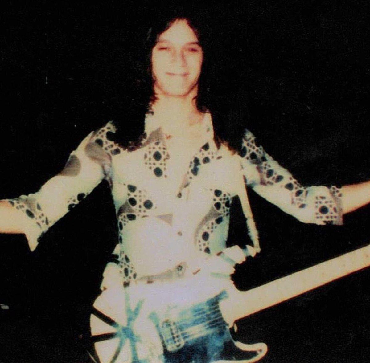 Backstage '78 fan pic. Young Eddie ready to take over the world!!!🌎⚡️❤️#themightyvanhalen #VanHalen #EddieVanHalen #vanhalenarmy #frankenstrat #SaturdayMorning #SaturdayVibes #SaturdayMotivation #Saturday #SaturdayThoughts
