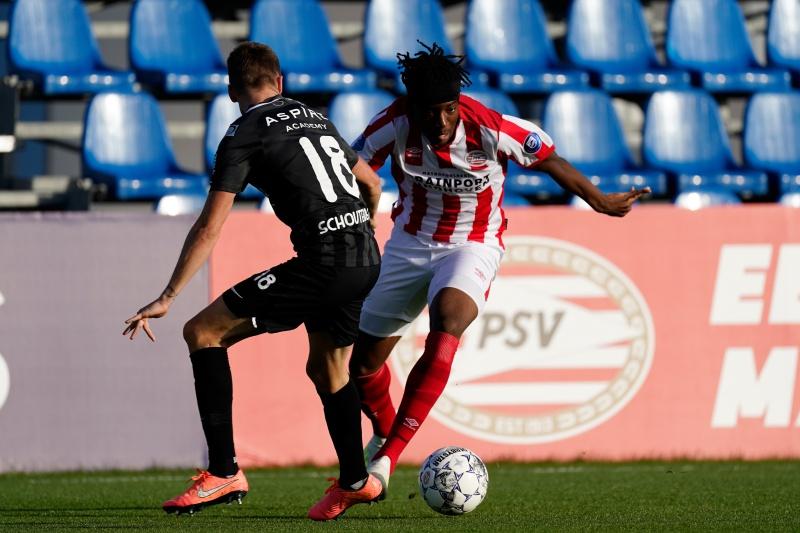 PSV zoekt de gelijkmaker. Noni Madueke is na rust de gevaarlijkste man aan PSV-zijde. De aanvaller raakte zojuist de paal en laat zich soms gelden met acties. Nog zon twintig minuten hier. 71 #PSVKAS 1-2