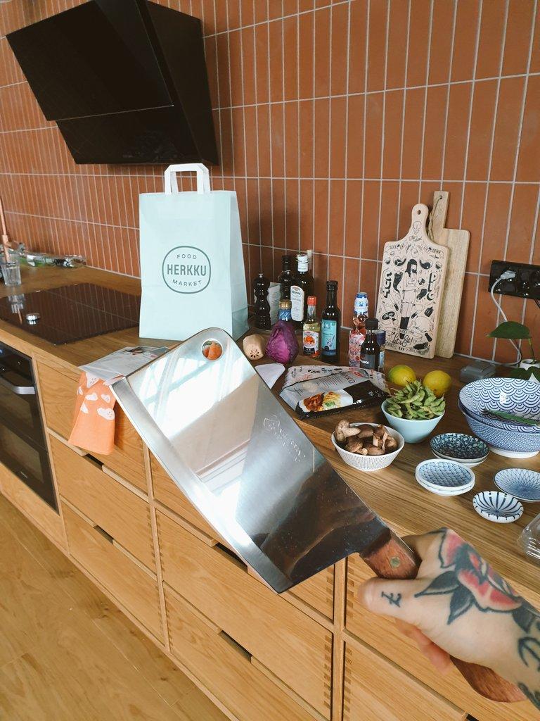 Sesongin kasviksista valmistetun tsukemonon (japanilaisten pikkelöityjen kasvisten) resepti ja paljon muutakin Izakaya-reseptiikkaa tulossa ensi viikolla kanaviimme. 18.1. olemme maistattamassa Hki keskustan #foodmarketherkku'ssa ja 25.1. Tapiolassa, tervetuloa! @HOKElanto