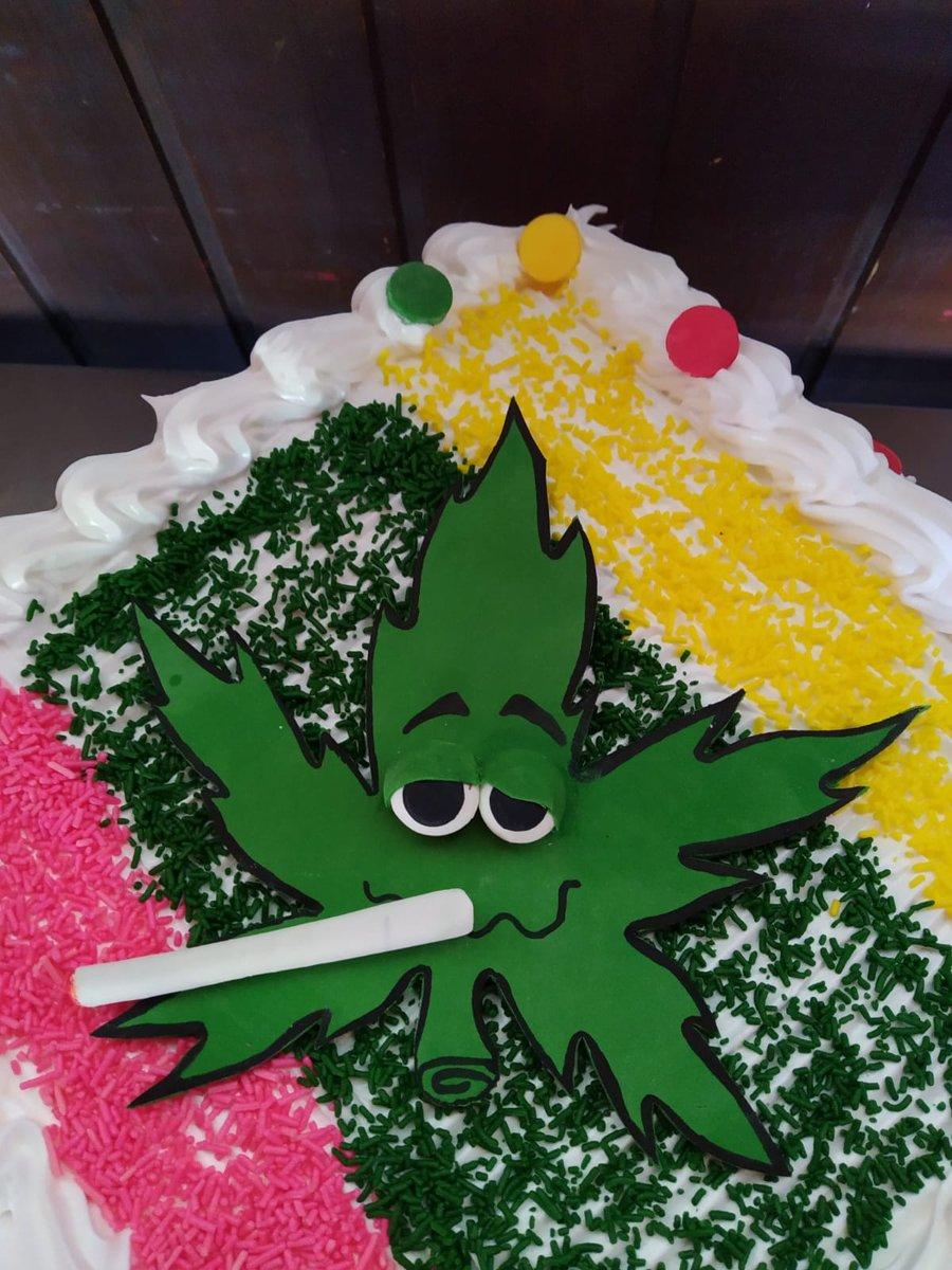 Se acerca mi cumpleaños y ya se a quién pedirle la torta!!! #tapshitapshi las más originales!!!! .  Pedí la tuya al 093 765 221  . #torta #tortas #cumpleaños #cumpleañosfeliz #tortasdecoradas #tortadelicia #merengue #original  @uruguay420pic.twitter.com/r1xyI6CDn8