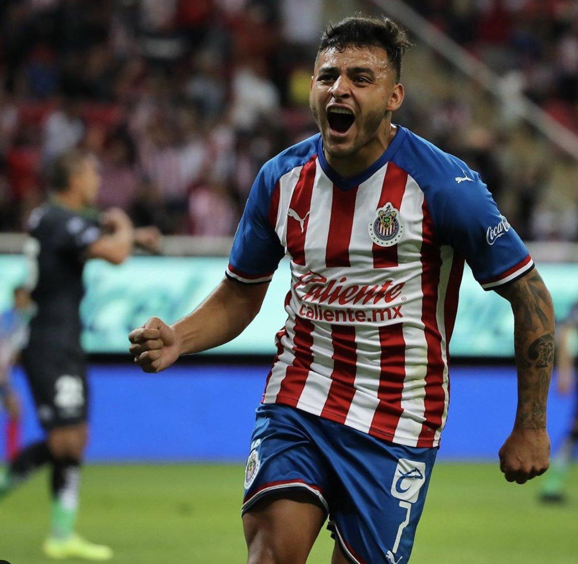 Alexis Vega acaba de alcanzar los 10 GOLES con Chivas. 8 anotaciones en Liga MX y 2 anotaciones en Copa MX. A pesar de las complicaciones que ha tenido el club y de tener que adaptarse a un rol distinto (parte cargado hacia la izquierda), de lo mejor del rebaño. 📷 @Chivas
