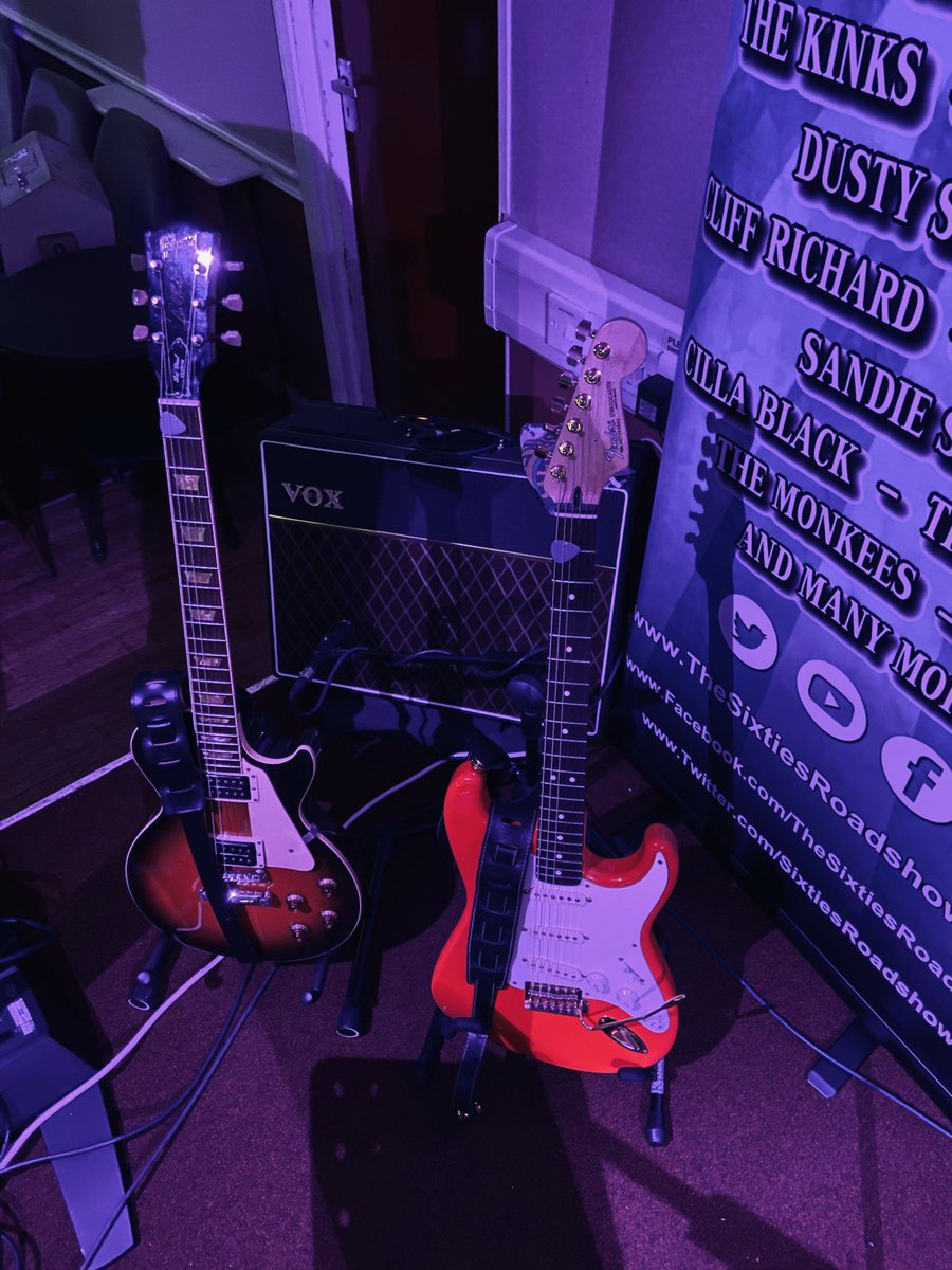 My deadly duo at tonight's #Sixties #Show.. That fiesta red really does change colour with different lighting! #GuitarTalk @Fender @GibsonGuitarUK @VOXamps #OnTour #OnTheRoad #GigLifepic.twitter.com/vPQeku1GWP