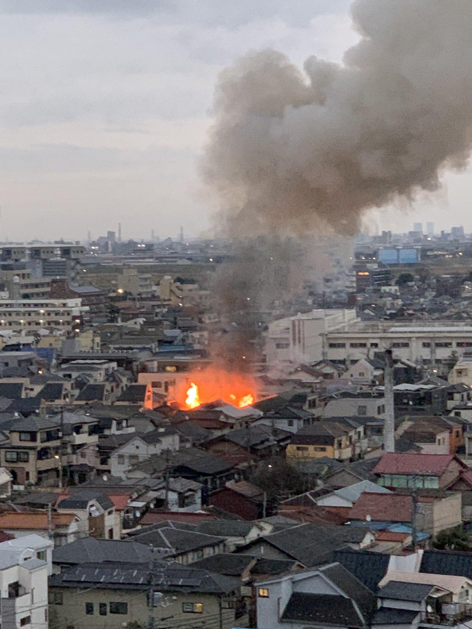 北区岩淵町の赤羽岩淵駅付近で火事が起きている現場の画像