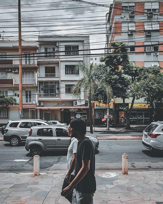 Walking at lunchtime. #streetphotography . . Caminhada na hora do almoço. . . . . . . . . . #streets #streetphotographers #streetphotography #walk #buildings #portoalegre #galaxy galaxys10e #galaxys10series #gray #city #urban #urbanphotography #clouds #sky #dinamicrange #26m…pic.twitter.com/UwfMjZcVr4