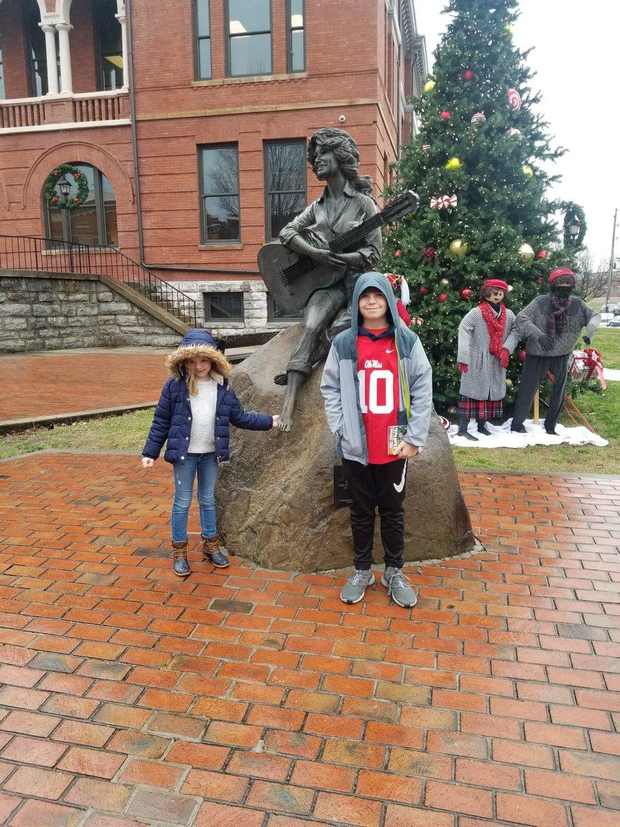 @guscorbella Dolly statue in Servierville. Definitely should be more!