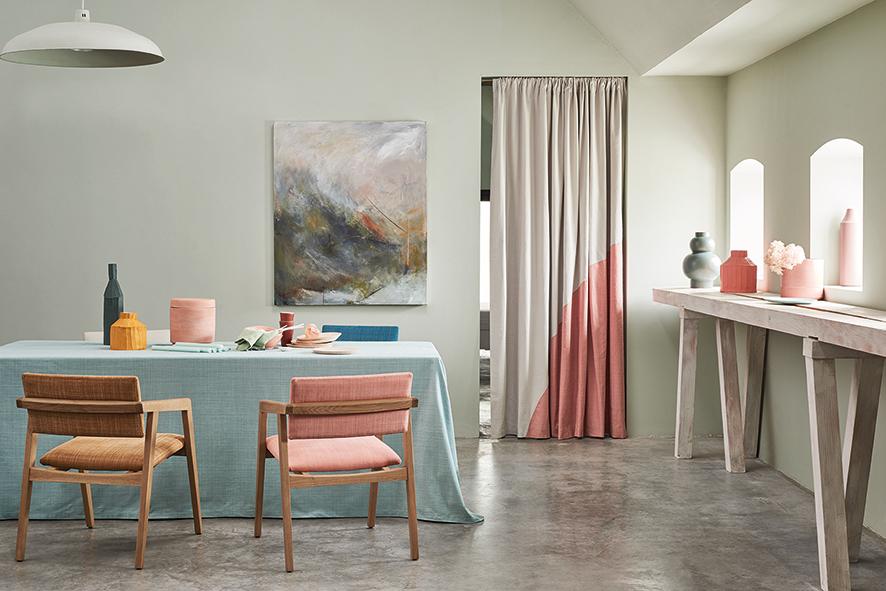 """Charmant inszeniert: Tischdecke, Polsterbezüge und ein Vorhang statt Tür in zartem Pastell... #Romo #Interieur #Interior #einrichtung #gardinen #vorhänge #vorhang #home #zuhause #stilvoll #fabric #wohnen  #deco Fotos: http://www.romo.com - """"Dune""""http://www.gib-dir-stoff.com"""