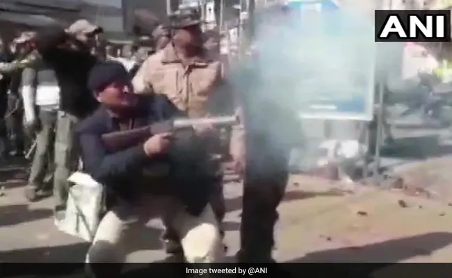 Stones thrown in #Jharkhand during BJP's pro-Citizenship Amendment Act rally https://www.ndtv.com/india-news/stones-thrown-in-jharkhand-during-bjps-pro-citizenship-amendment-act-rally-2162916…