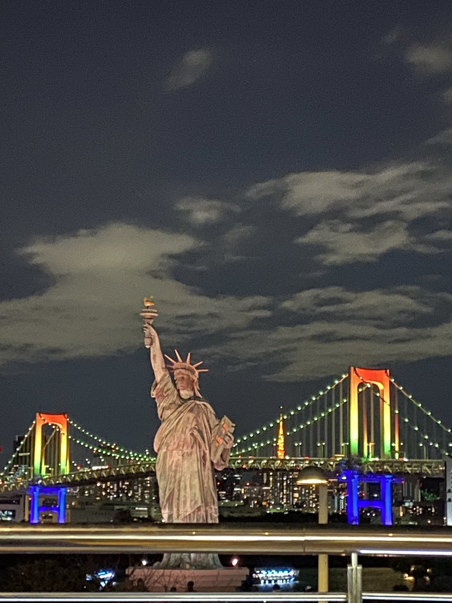 The day ended at #statueofliberty near #aquacity #odaiba. You can also view rainbow  bridge  from this spot. #Aquacity #DiverCity #Decks n #Venusfort all these malls are adjacent at #odaiba. Did some shopping at #UNIQLO #DiverCity for our next day travelpic.twitter.com/AWnaLIOJ6P – at 自由の女神像 (Statue of Liberty)