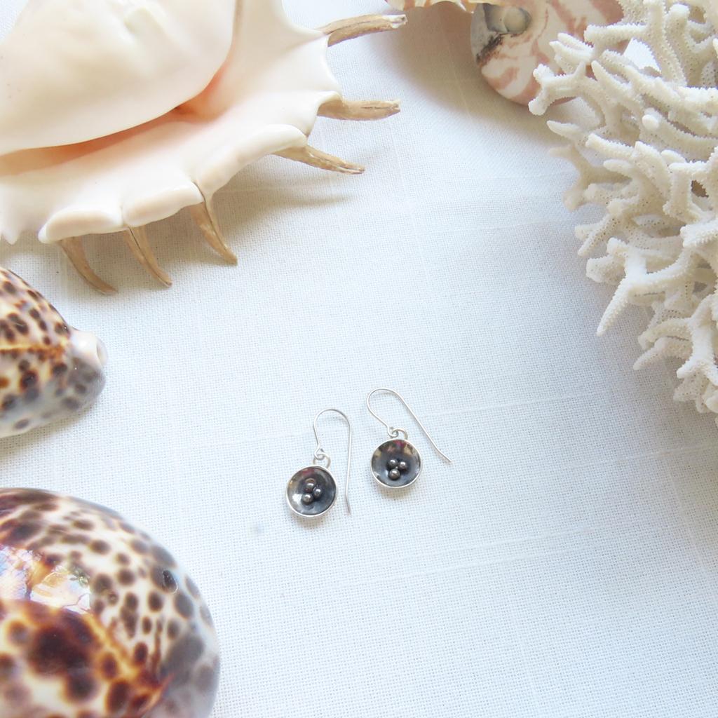 These little seed pod dangle earrings are a great pair of earrings to wear everyday. $45 & ready to ship tomorrow from Tucson, USA. #handmadejewellery #sterlingsilverjewellery #oneofakindjewellery #uniquejewellery #contemporaryjewellery #seedpodearrings #silversmithpic.twitter.com/sSuCUVaS5U